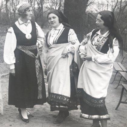 Anna Goba centrā kopā ar Reitera meitenēm