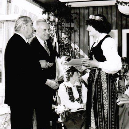 Izlaidums MLG - liecību saņemot, pirmie sveicēji ir (aizmugurē) direktors un luterāņu māc