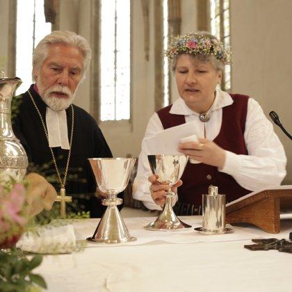 Kāzas - jauktās latviešu-vācu kāzās kopā ar emeritēto Liepājas Bīskapu Pāvilu Brūveru, sag