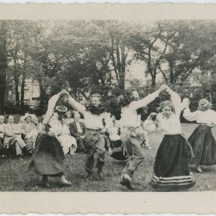 Vašingtonas jauniešu deju kopa 20. gadsimta 50.gados. Pa kreisi Maija Veinbergs Nīcas tērp