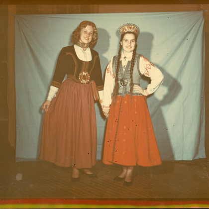 Anda Ūdris un Maija Hinkle tiek bildētas avīžu rakstam 20. gadsimta 50. gados.  Foto no mu